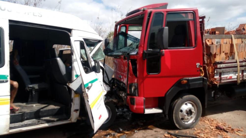 Colisão entre van e caminhão deixa um morto e outros feridos na PI-211