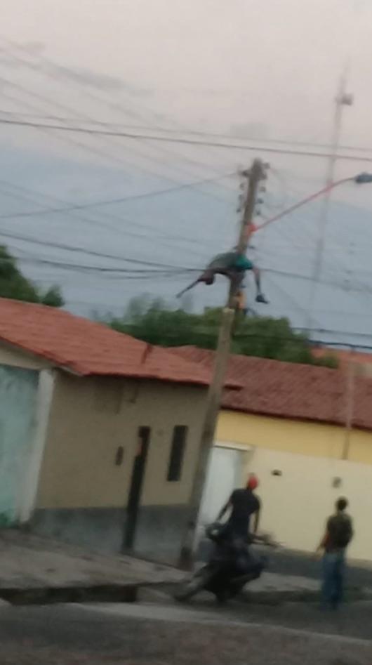 Homem desmaia ao sofrer descarga em poste, acorda e vai embora em moto