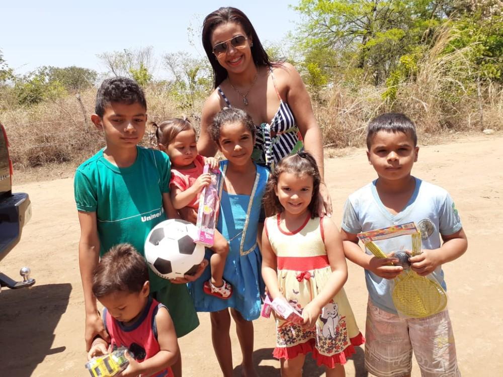 Empresário Maxuel e Patrícia distribuíram mais de 600 brinquedos para a Criançada
