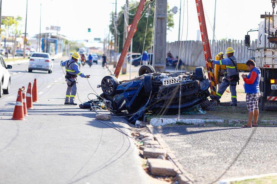 Mulher fica presa às ferragens em grave acidente na Avenida Gil Martins