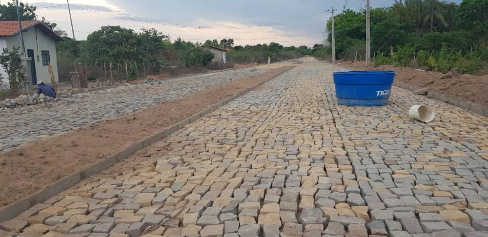 Prefeitura de Santo Antônio dos Milagres constrói calçamento no centro da Cidade