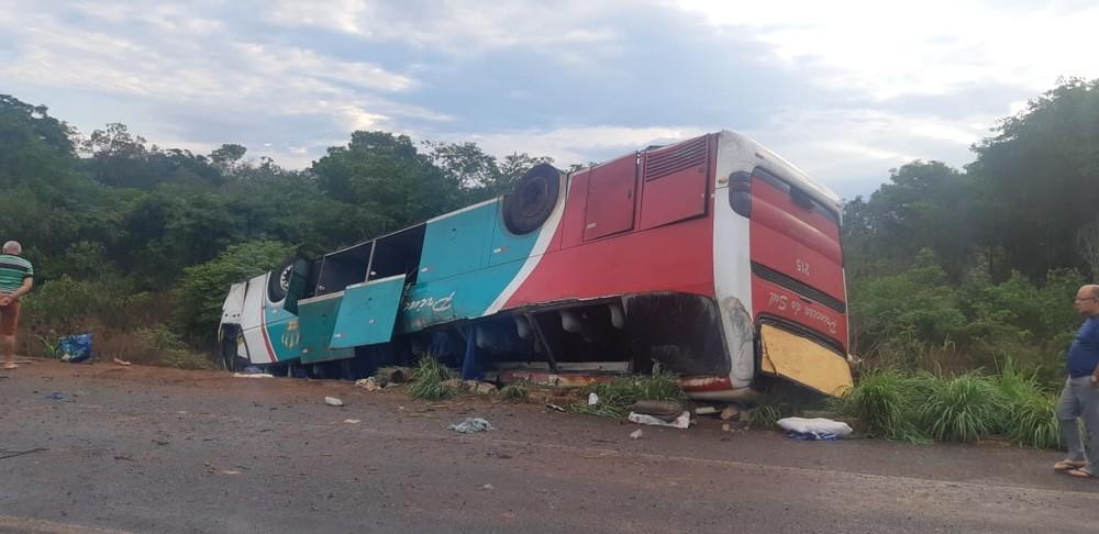 Ônibus capota com 36 passageiros e duas pessoas morrem na BR-135 em Bertolínia