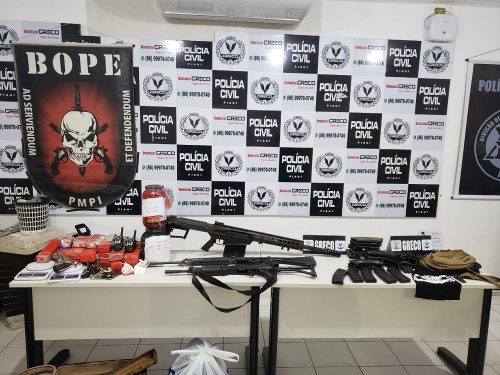 Polícia prende três e apreende fuzil capaz de perfurar carro-forte