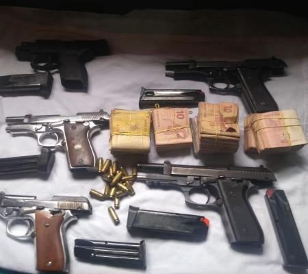 Mototaxista é preso com drogas e armas que seriam de facção criminosa