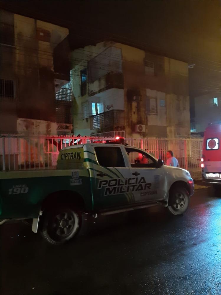 Jovem é morta a tiros na frente da filha em apartamento