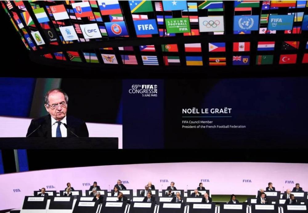 FIFA tem caixa de 1.5 bilhão de euro e estuda ajudar futebol mundial