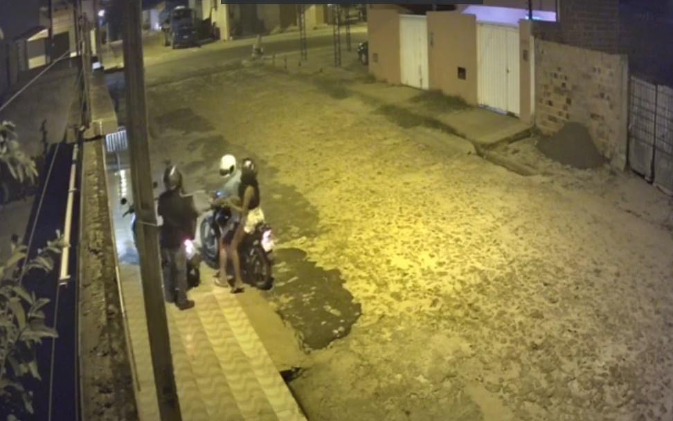 Entregador de pizza tem moto roubada por casal na zona Sul