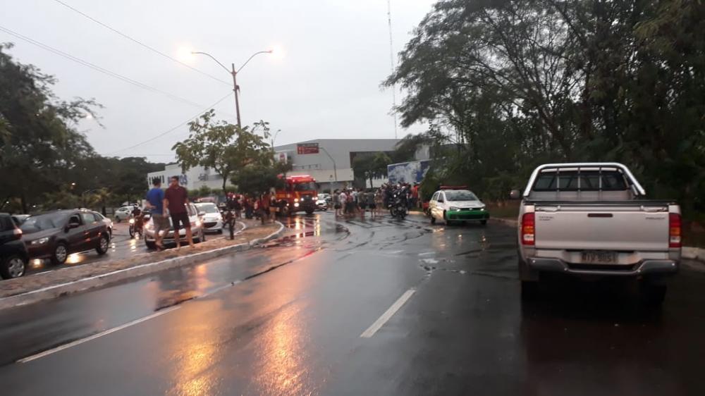 Forte chuva arrasta carros e deixa ruas alagadas em Teresina