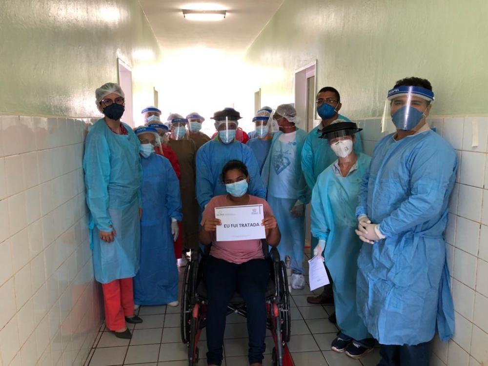 A paciente de 27 anos deu entrada na unidade de saúde no domingo 10 de maio e recebeu alta nessa segunda (18)